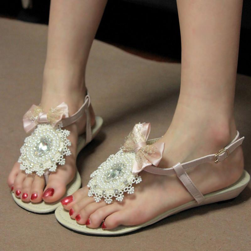 蝴蝶结蕾丝水钻珍珠串珠人字夹脚坡跟搭扣凉鞋