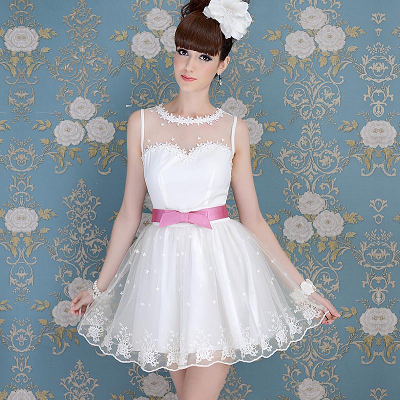 白色大花边连衣裙搭配