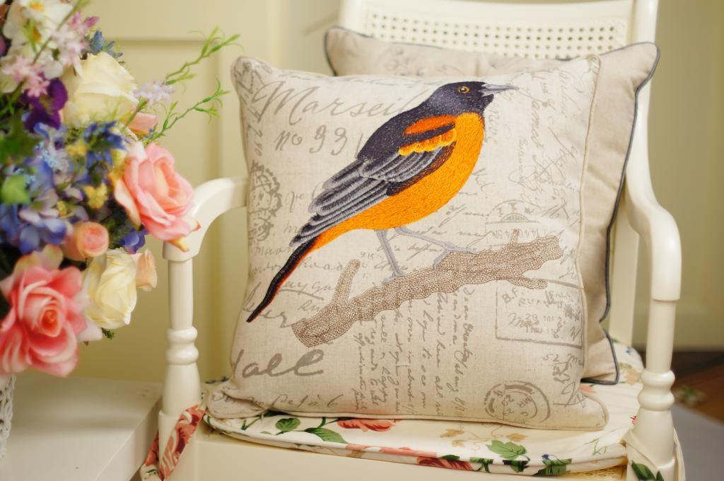 刺绣小鸟的欧式田园风格抱枕,采用优质亚麻制成面料,近万针刺绣工艺.