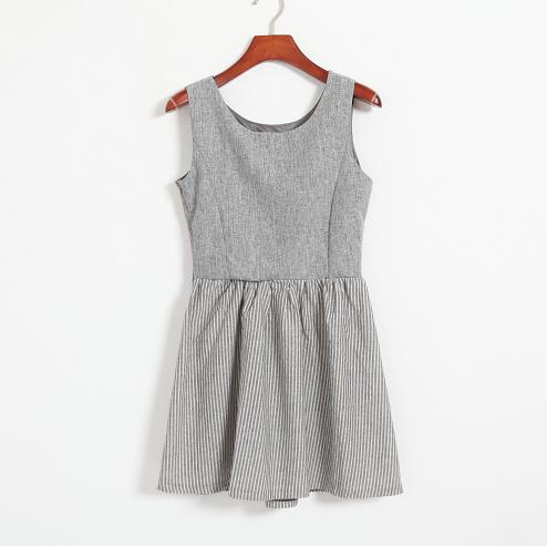 超大牌的麻灰色背心裙 条纹裙摆 衣服上半身有里衬,裙摆无里衬(透明度