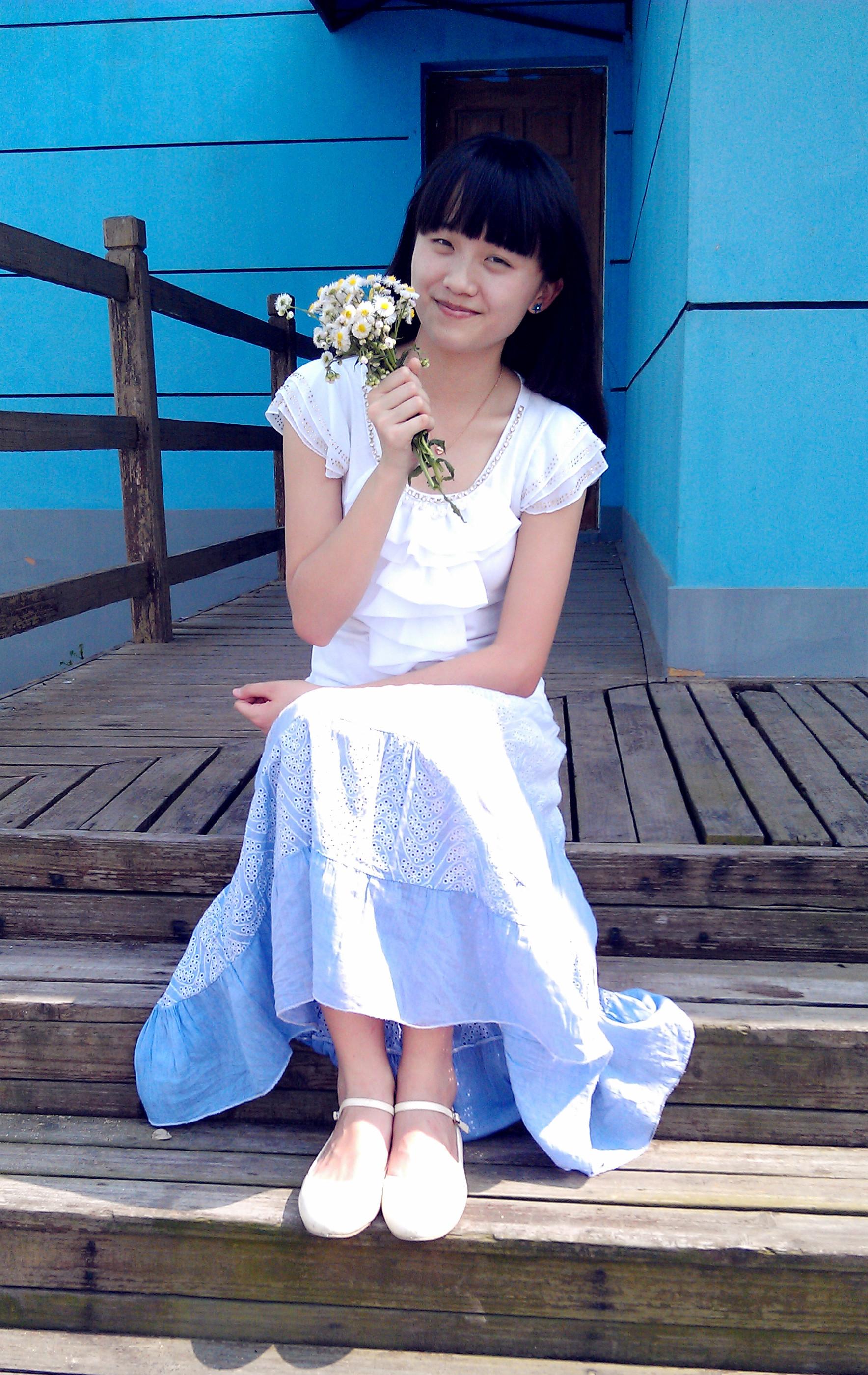 白色雪纺t 蓝紫色渐变长裙.[害羞]去海边踏浪.