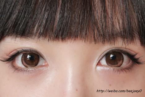 眼妆完成啦~只贴眼尾的假睫毛看起来有拉长眼睛的效果,而且假睫毛菜鸟