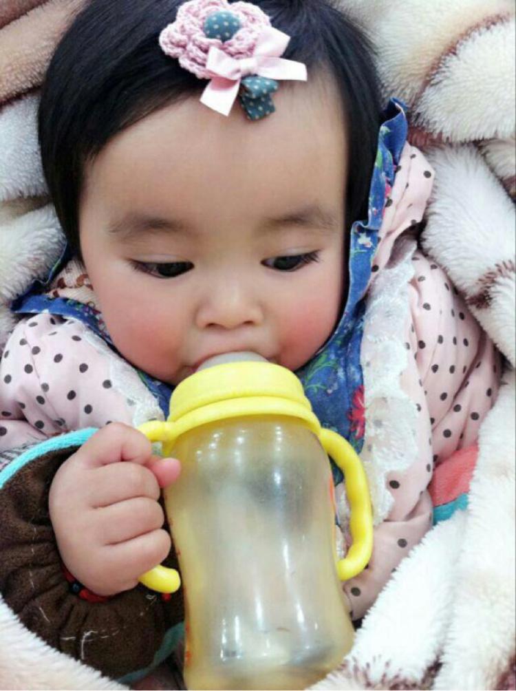 【小朋友喝奶瓶萌萌哒
