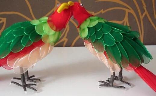丝袜花丝网花diy手工制作漂亮孔雀材料丝网花和一对鹦鹉,孔雀是绿色的