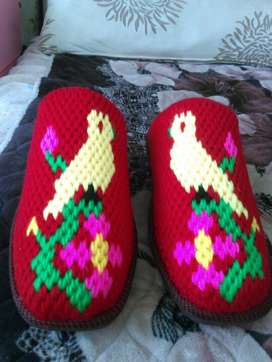 纯手工毛线拖鞋颜色多多,花样多多,喜好的条可加微信私聊预定哦!