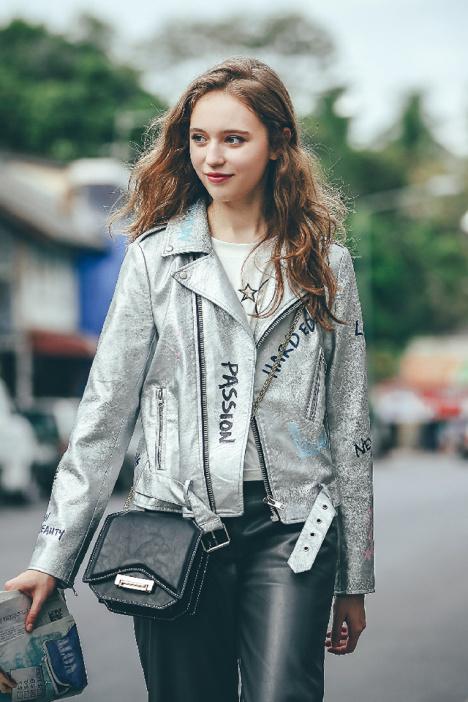 春上新 设计师款欧美朋克风涂鸦字母印花银色修身短款机车皮夹克