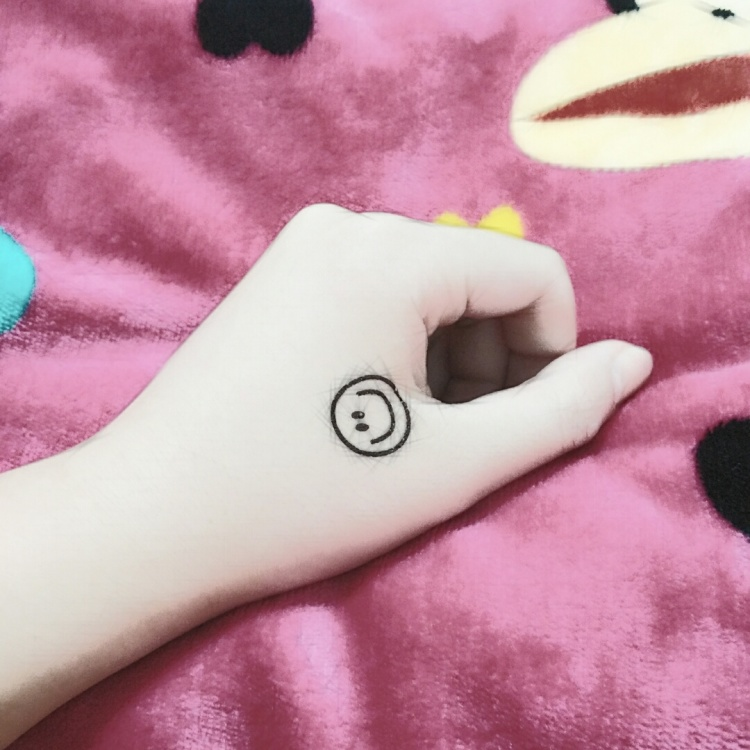 权志龙笑脸手纹身图分享展示