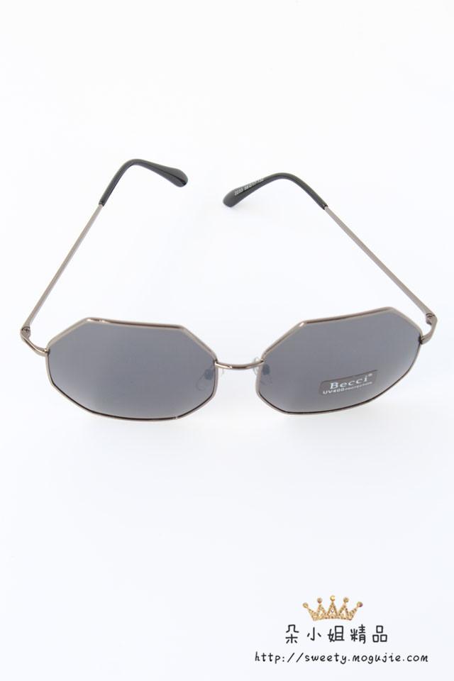 商品描述 大框显瘦六边形设计,时尚大牌杂质款 产品参数 风格:复古