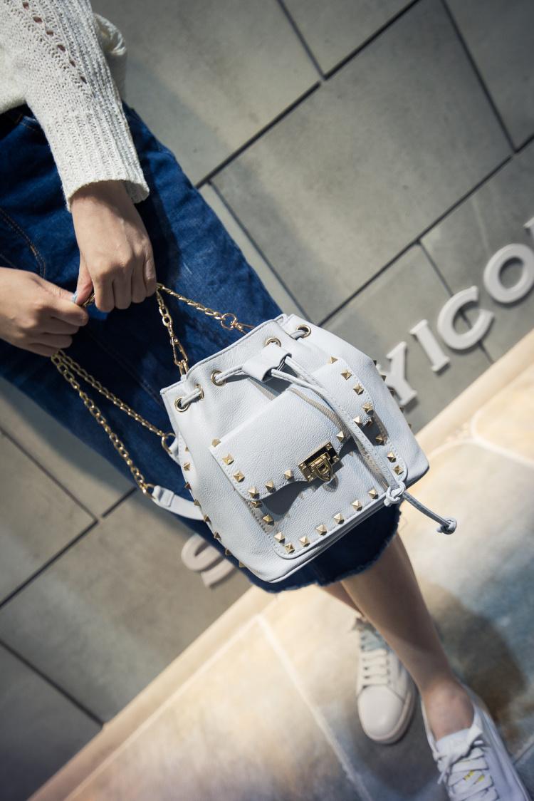 【欧美街拍链条铆钉水桶包】-包包-女包