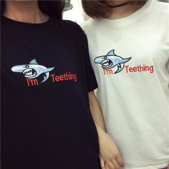 实拍夏装新款宽松百搭搞怪鲨鱼字母绣花圆领短袖t恤女潮
