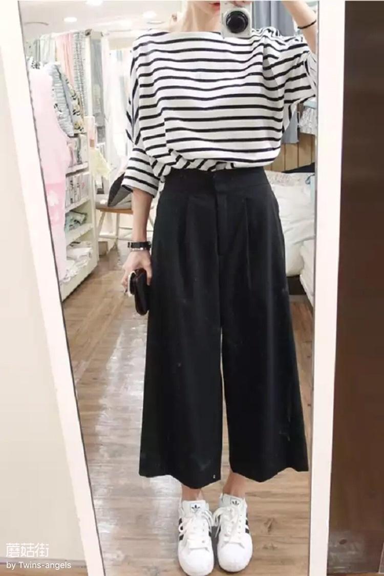 白色条纹上衣黑色阔腿裤