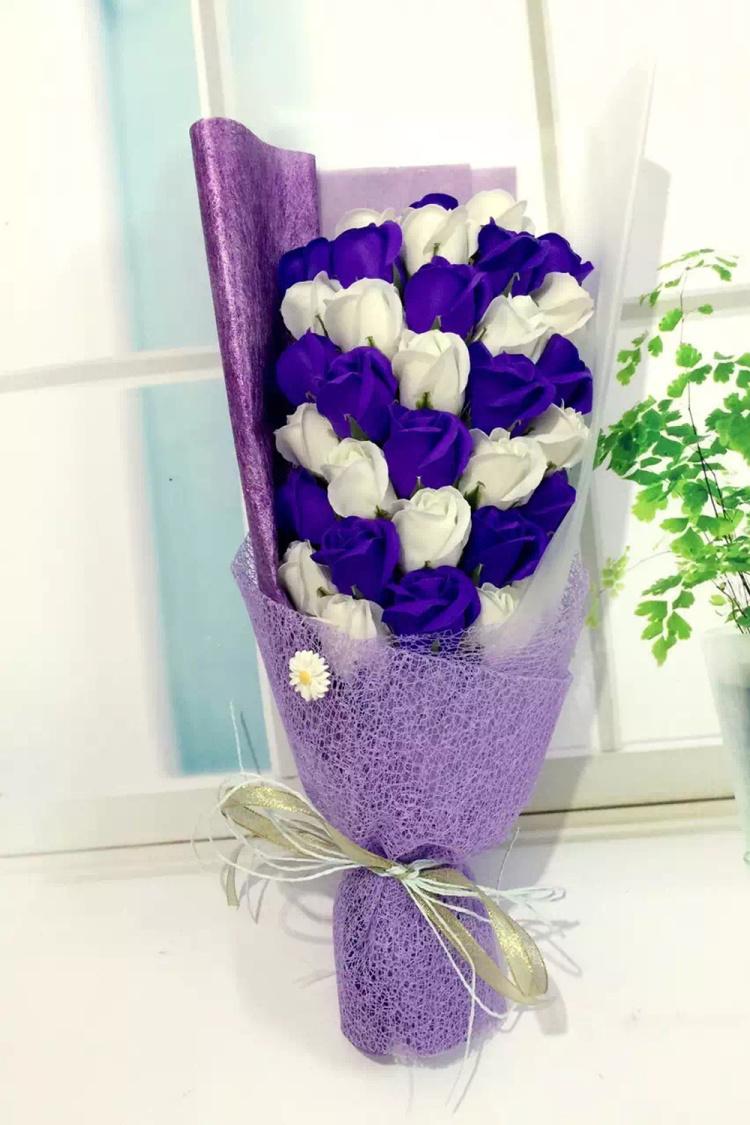 白紫混搭香皂玫瑰花,配礼盒包装哦,需要写贺卡的宝宝,留言给客服哦