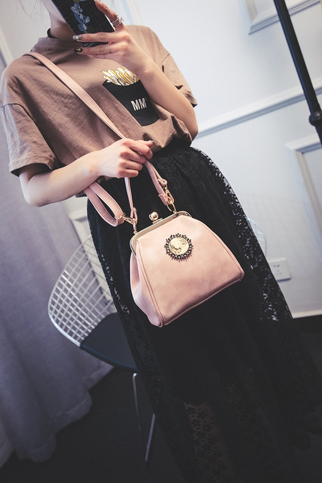 【聚美欧美范儿美女头像质感夹扣斜挎小包】-包包